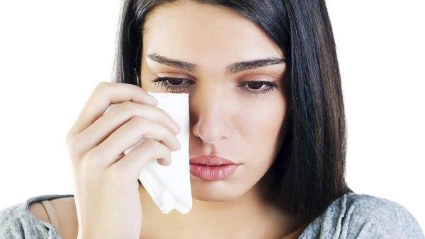 Что делать, если после наращивания ресниц глаз красный и болит