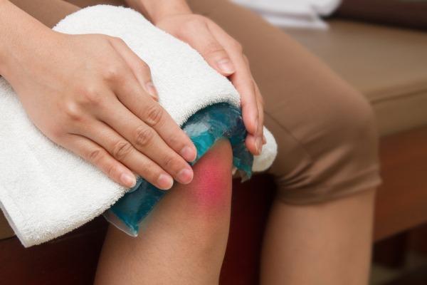 Почему болит коленный сустав слева от чашечки при ходьбе