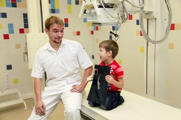 Сухой кашель у ребенка. Чем лечить: ингаляции, микстура, сиропы, отхаркивающие средства, таблетки, эффективное лекарство. Препараты и народные средства от кашля для детей