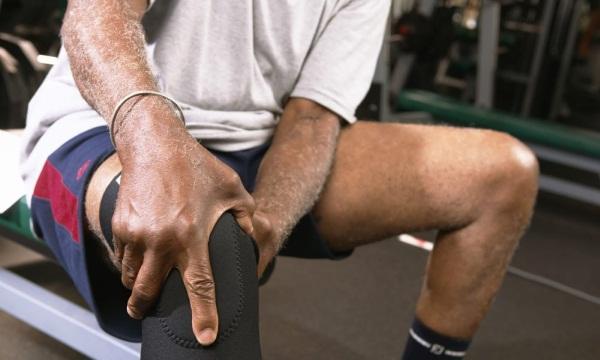 Боли в коленях. Причины, лечение при сгибании, разгибании, ходьбе, приседании и вставании. Народные средства, мази, лекарства, уколы