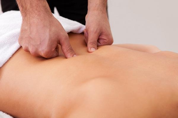 Болит спина в области поясницы. Чем лечить, если отдает в ногу. Причины, уколы, мази, народные средства