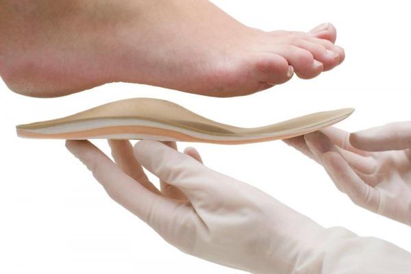 Как вылечить шпору на ноге в домашних условиях. Симптомы пяточной, подошвенной. Удаление лазером, народные средства
