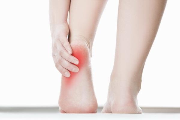 Причины боли в пятке, если больно наступать утром, при ходьбе. Лечение народными средствами, препараты