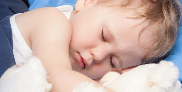 Ребенок сильно потеет во сне. Причины, когда засыпает ночью, после болезни, во время кормления, голова, ноги, руки. Что делать