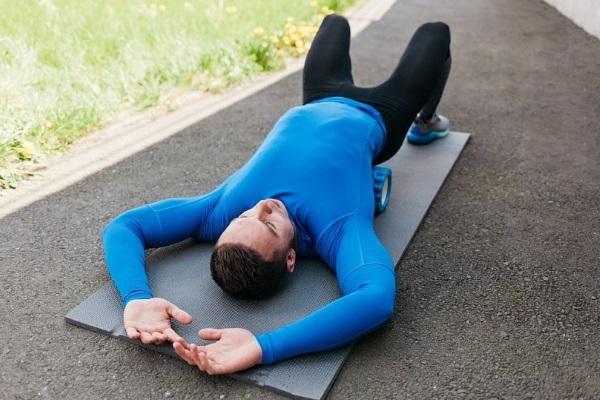Как лежать на валике из полотенца для спины, шейного отдела. Японский и другие методики
