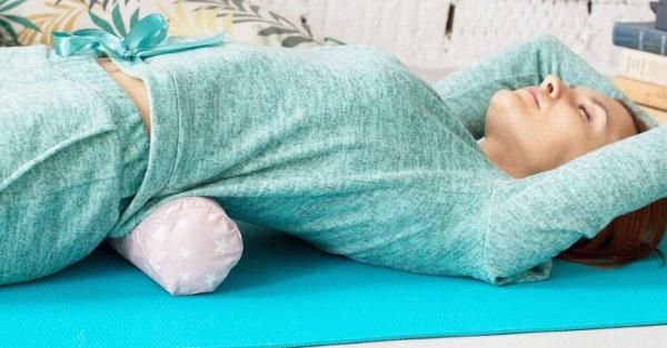 Валик при остеохондрозе под спину и шею