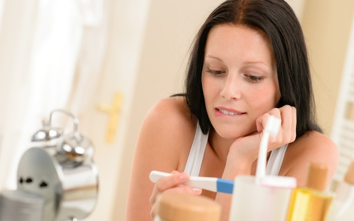 Боль вокруг пупка у женщин. Причины при нажатии, во время месячных, беременности. Лечение