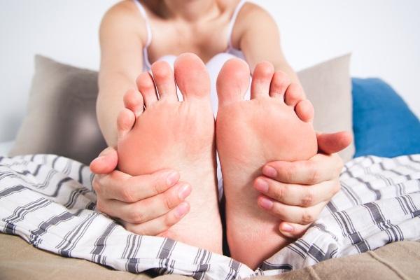 Холодные ноги. Причины и лечение, при температуре и без, если кружится голова. Чем лечить