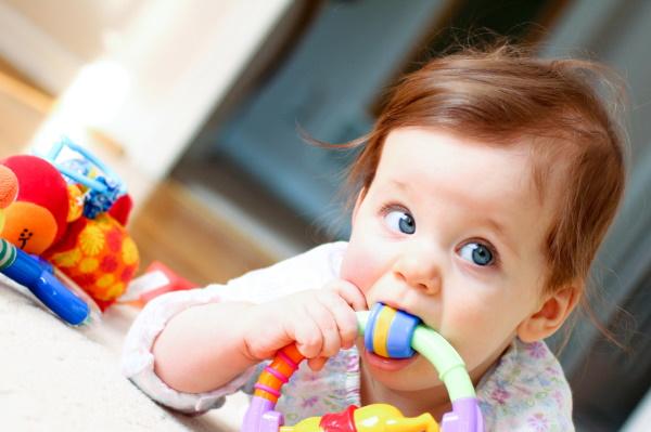 Стоматит у новорожденного ребенка. Фото во рту на десне, языке, губе, нёбе. Лечение