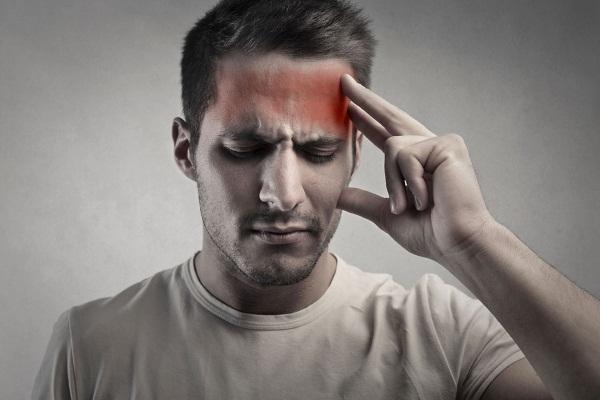 Почему болит голова в лобной части и давит на глаза?