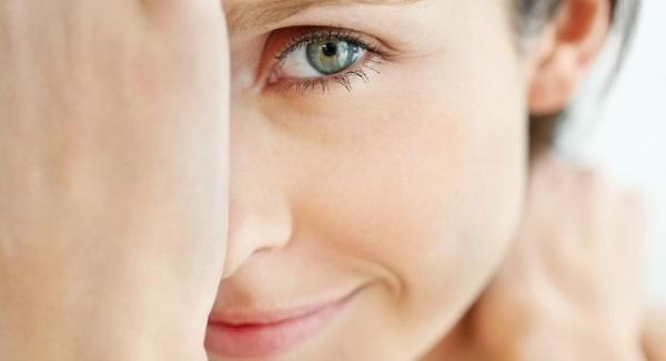 Почему дергается левый глаз? Какие причины и что делать?