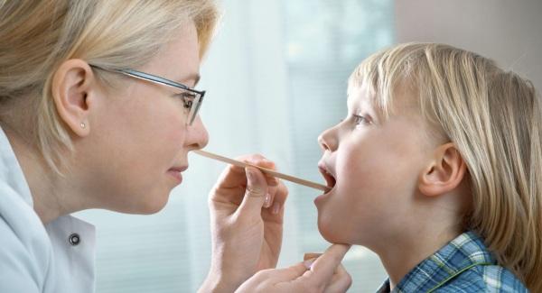Красное горло у ребенка. Фото, причины, что это может быть, чем лечить