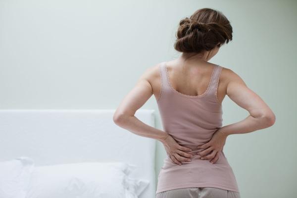 Болит крестец. Причины у женщин при беременности, мужчин при сидении справа, слева, как лечить