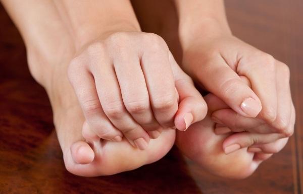 Зуд между пальцами ног. Причины и лечение, чем мазать, что делать